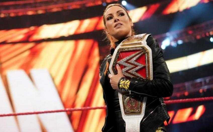 Becky Lynch signs a new contract with WWE